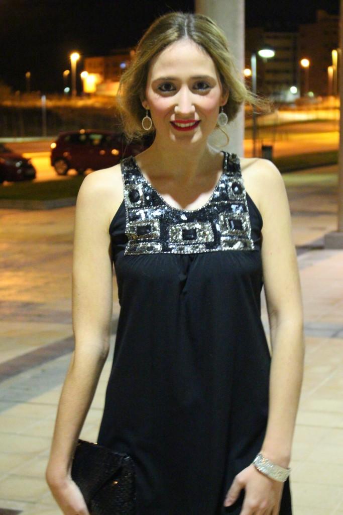 Vestido negro y recogido romántico