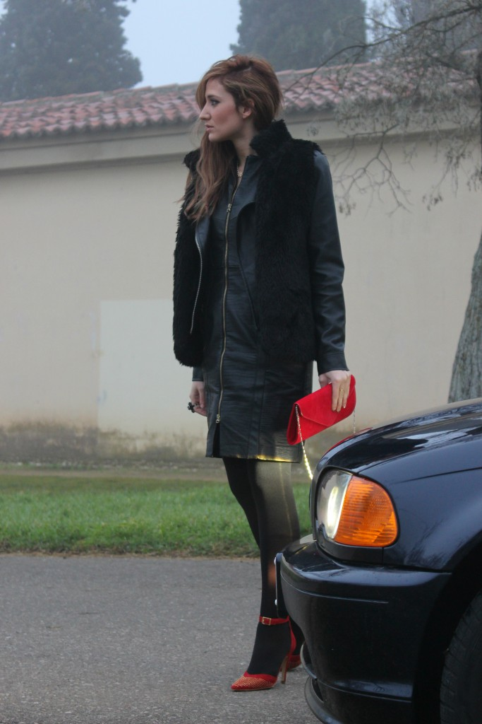 Look negro y rojo