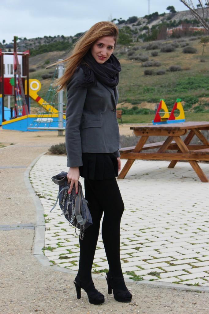 Sandalias negras y medias 10