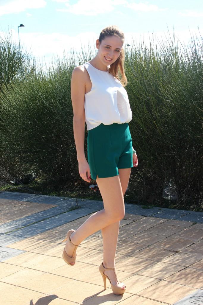 Verde esmeralda y beige – Look